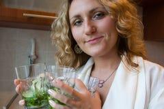 Frau pn die Küche Stockfotografie