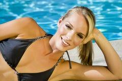 Frau am Pool Stockfoto