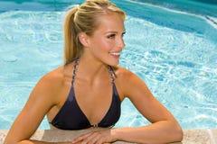 Frau am Pool Lizenzfreie Stockfotografie