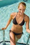 Frau am Pool Stockfotos