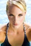 Frau am Pool lizenzfreies stockfoto