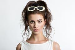 Frau Porträt eines schönen jungen Mädchens auf einem hellen Hintergrund Menschliche Gefühle Überraschung, Zweifel, Furcht Stockfoto