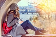 Frau in Prag, Czeh-Republik Schöne Blondine gekleidet im Grau Schlosshintergrundansichten lizenzfreies stockbild