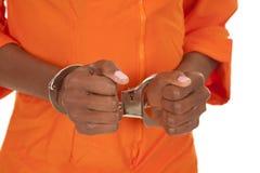 Frau prisioner Orangen-Abschlusshandschellen Stockfotos