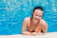 Frau am Rand eines Pools Stockfotografie