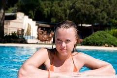 Frau am Rand eines Pools Lizenzfreie Stockfotos