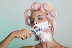 Frau rasiert ihr Gesicht Lizenzfreie Stockfotos