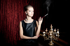 Frau, Rauch mit Zigarettenspitze, Retrostil Lizenzfreie Stockbilder