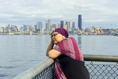 Frau reflektiert sich nach Beschwerden Stockfotos