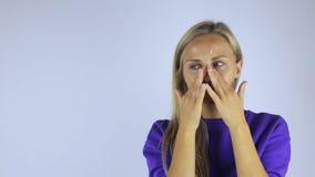 Frau reibt Creme auf ihrem Gesicht stock video