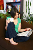 Frau relaxe im Wohnzimmer Lizenzfreie Stockfotos