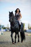 Frau rittlings auf einem Pferd Lizenzfreies Stockbild