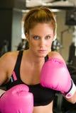 Frau in rosafarbenen Verpacken-Handschuhen 5 Stockfoto