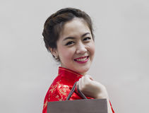 Frau in rotem chinesischem Cheongsam Stockfoto