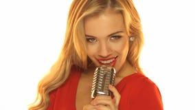Frau in rotem Dresss, das Mikrofon hält stock video footage