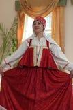 Frau in rotem sarafan Stockfotografie