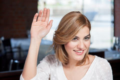 Frau ruft den Kellner an Lizenzfreie Stockfotografie