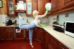 Frau säubert in die Küche stockfotografie