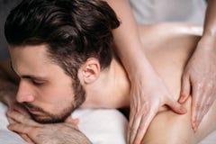 Frau ` s übergibt dem hübschen unrasierten Mann das Handeln von Massage stockbild
