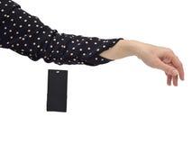 Frau ` s Arm in einem neuen Kleid mit einem Verkaufs-Tag Stockbild