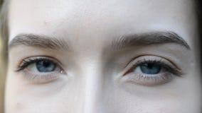 Frau ` s Augen schließen oben stock video footage