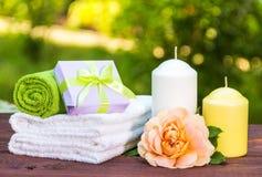 Frau ` s Geschenk Seifen-, Tuch- und Blumenschneeglöckchen Massage und aromatherapy Internationaler Frauen ` s Tag stockfotos