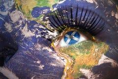 Frau ` s Gesicht mit Planet Erdbeschaffenheit und schottische Flagge innerhalb des Auges Stockfoto