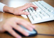 Frau? s-Hände auf Tastatur Stockbild