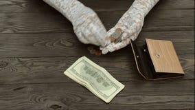 Frau ` s Hände, in den weißen Spitzehandschuhen, zählen die US-Centmünzen von einem schwarzen ledernen Geldbeutel stock video