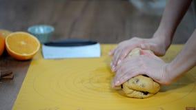 Frau ` s Hände kneten Teig auf Tabelle stock video