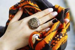 Frau ` s Hände mit Schmuckringen Nahaufnahmeschönheits- und -modeporträt lizenzfreies stockfoto