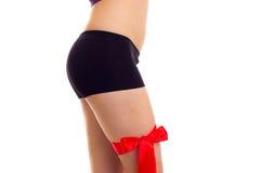 Frau ` s Hüfte mit rotem Band Stockfotografie