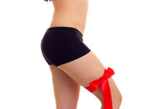 Frau ` s Hüfte mit rotem Band Stockbild
