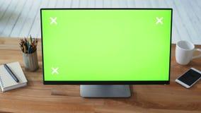Frau ` s Hand unter Verwendung des PC mit grünem Touch Screen Monitor stock footage