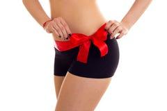 Frau ` s Hinterteile mit rotem bowtie Stockfoto