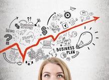 Frau ` s Kopf, Unternehmensplan, roter Pfeil Lizenzfreies Stockfoto