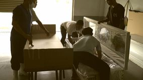 Frau ` s Leiche genommen aus dem eingeäschert zu werden Sarg heraus stock video footage