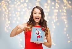 Frau s mit Weihnachtsmann auf Tabletten-PC-Schirm Lizenzfreies Stockbild