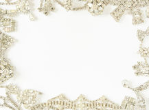 Frau ` s Schmuck Feld mit altem Weinleseschmuck Schöne klare Bergkristallhalskette und -ohrringe auf Weiß Flache Lage, Draufsicht stockfotografie