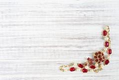 Frau ` s Schmuck Weinleseschmuckhintergrund Schöne helle Bergkristallbrosche und -halskette auf hölzernem Hintergrund Flache Lage lizenzfreies stockfoto