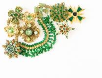 Frau ` s Schmuck Weinleseschmuckhintergrund Schöne helle Bergkristallbroschen, -braceletes, -halskette und -ohrringe auf Weiß Flo stockbilder