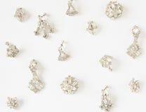 Frau ` s Schmuck Weinleseschmuckhintergrund Schöne klare Bergkristallohrringe auf weißem Hintergrund Flache Lage, Draufsicht stockbild