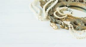 Frau ` s Schmuck Weinleseschmuckhintergrund Schöne Perlenhalskette, -armbänder und -ohrringe auf einem alten Spiegelrahmen Flache lizenzfreies stockfoto