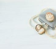 Frau ` s Schmuck Weinleseschmuckhintergrund Schöne Perlenhalskette, Armband und alte Miniaturen in einer Geschenkbox auf weißem H stockfotos