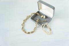Frau ` s Schmuck Weinleseschmuckhintergrund Schönes Gold und Perlenhalskette und -ohrringe in einer Geschenkbox auf weißem Holz F lizenzfreie stockbilder