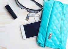Frau ` s Tasche und es ` s Inhalt Stockfoto