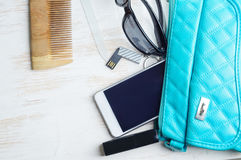 Frau ` s Tasche und es ` s Inhalt Lizenzfreie Stockbilder