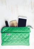 Frau ` s Tasche und es ` s Inhalt Stockbild
