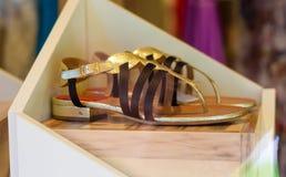 Frau ` s weibliche Sandalen im Shop Lizenzfreie Stockfotos