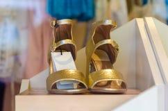 Frau ` s weibliche Sandaleschuhe im Shop Stockfotografie
